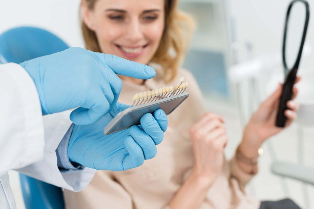 רופא מסתכל על שיניים